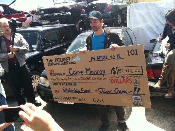 Nirvan överlämnar en fiktiv check gjord på wellpappskiva på över 150.000 dollar