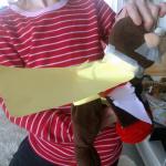 mjukisapa med pappersmantel och frammande näve av piprensare