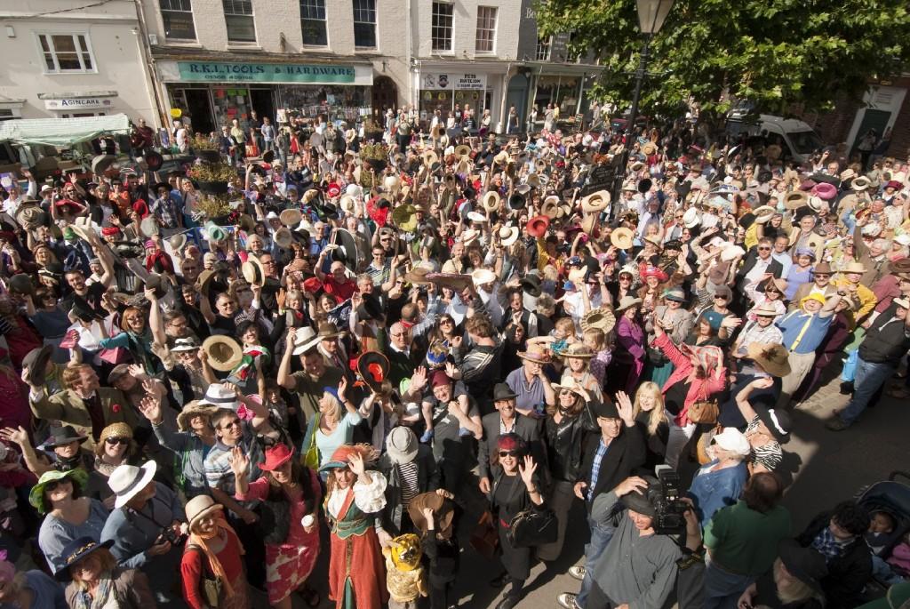 folkmassa från en hattfestival i Bridport