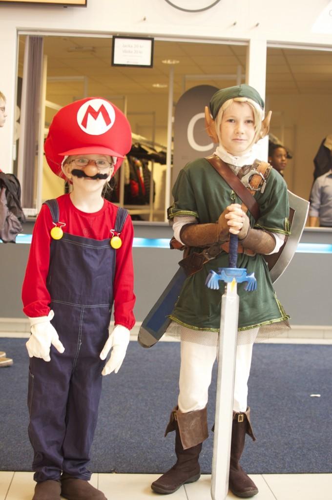barnen utklädda till Mario och Link (från Zelda)