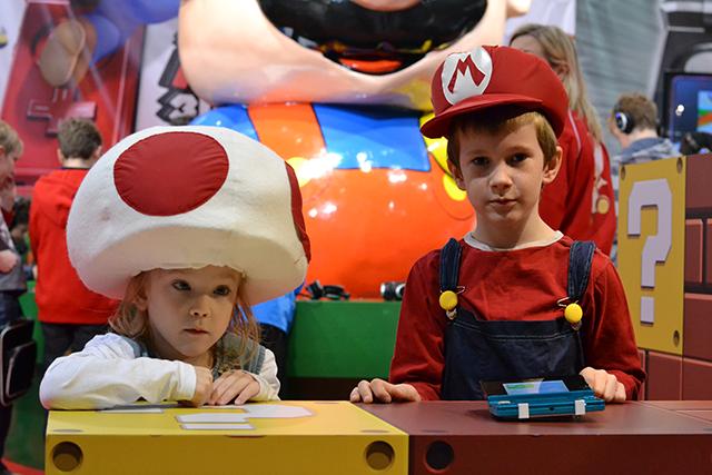 Barnen utklädda till Toad och Mario från Supermario