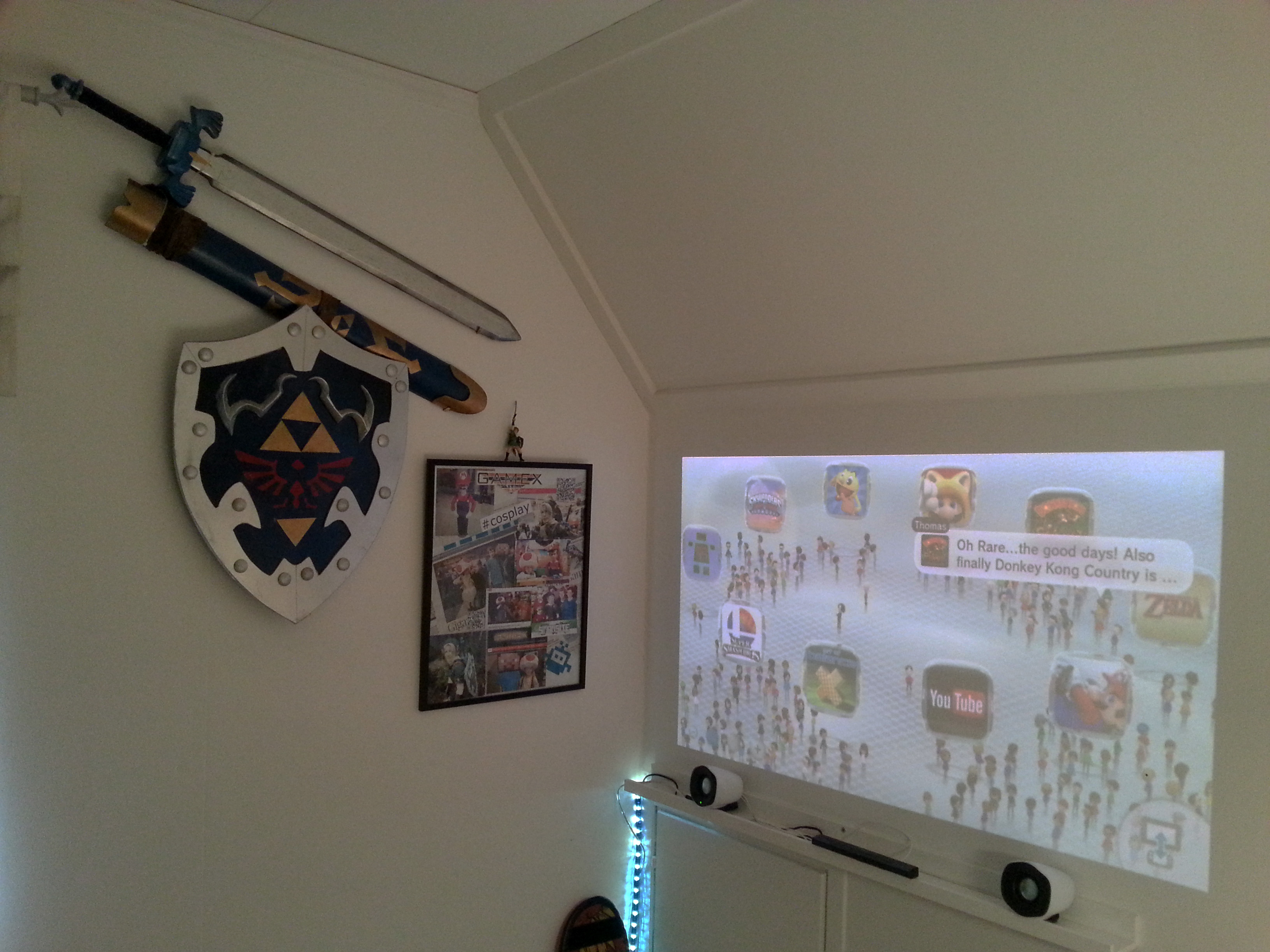 Vita väggen fungerar lika bra som projektorduk.