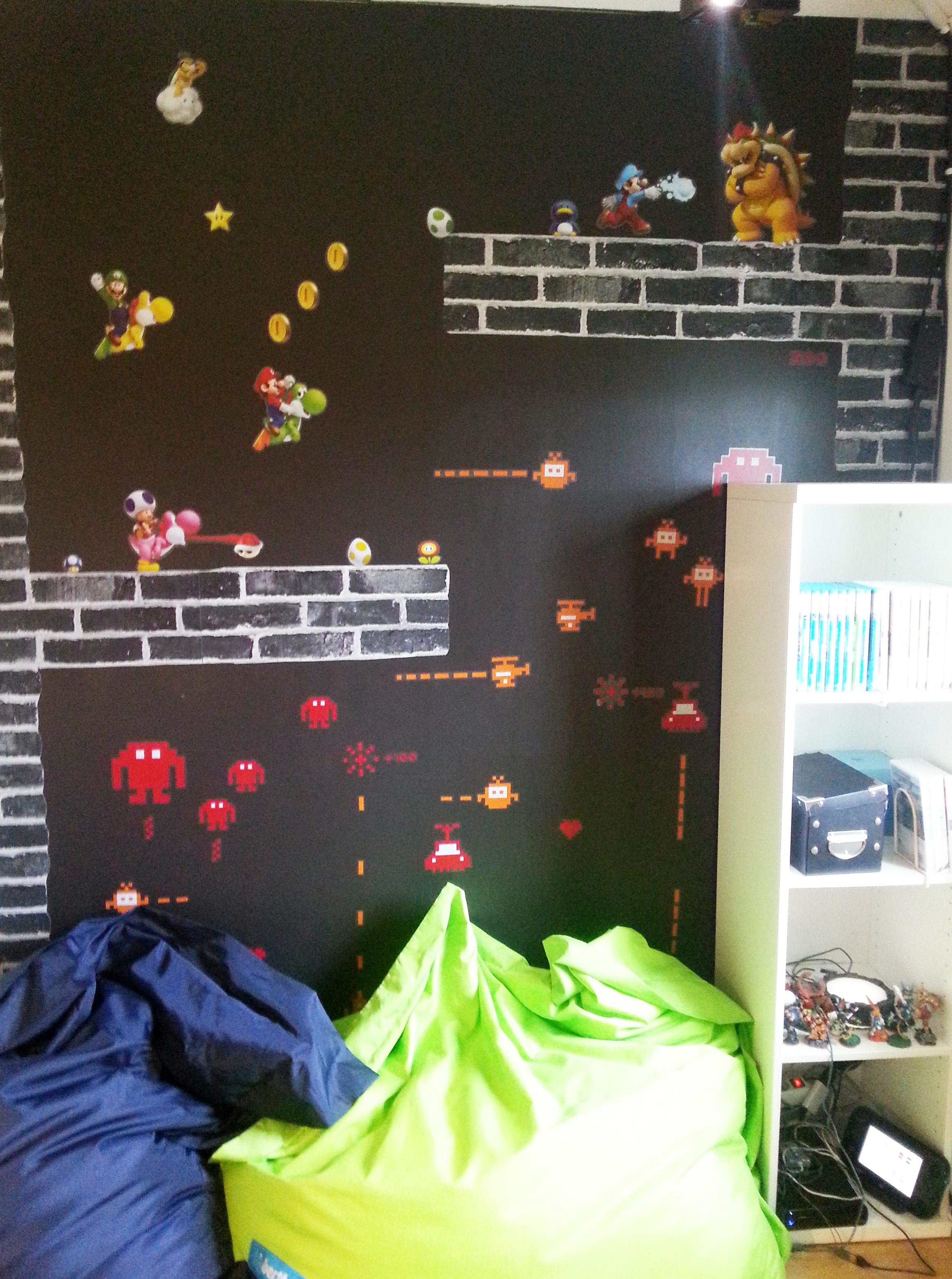 Vår Supermario/Space Invadors-prydda vägg gjorde vi med dekaler (köpta på Tekniska museet resp Ikea) + lite svart tegeltapet från Rusta