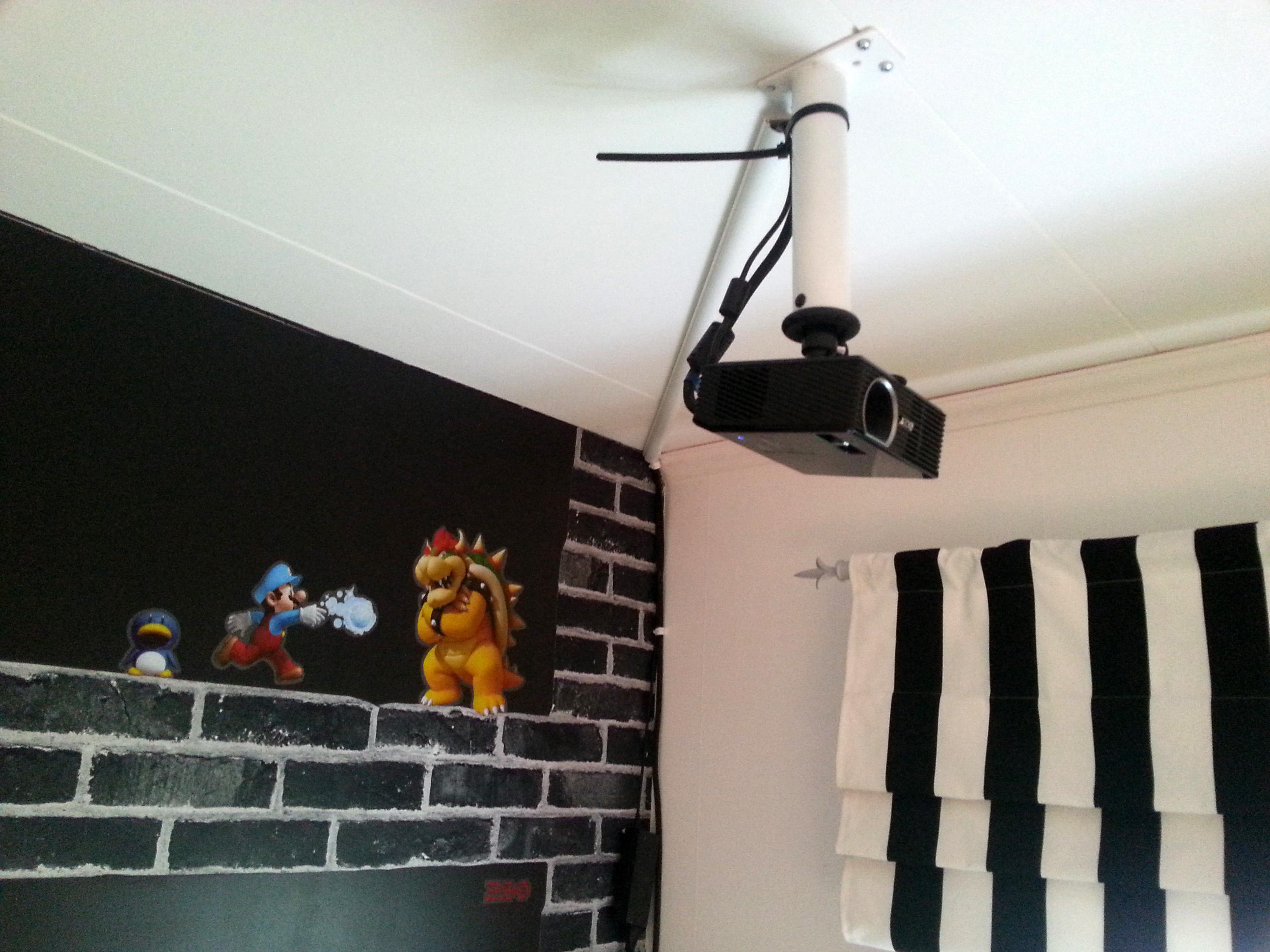 Projektorn i taket. En mkt smidig med LED-lampa. Bowser håller på att bli isad i bakgrunden.