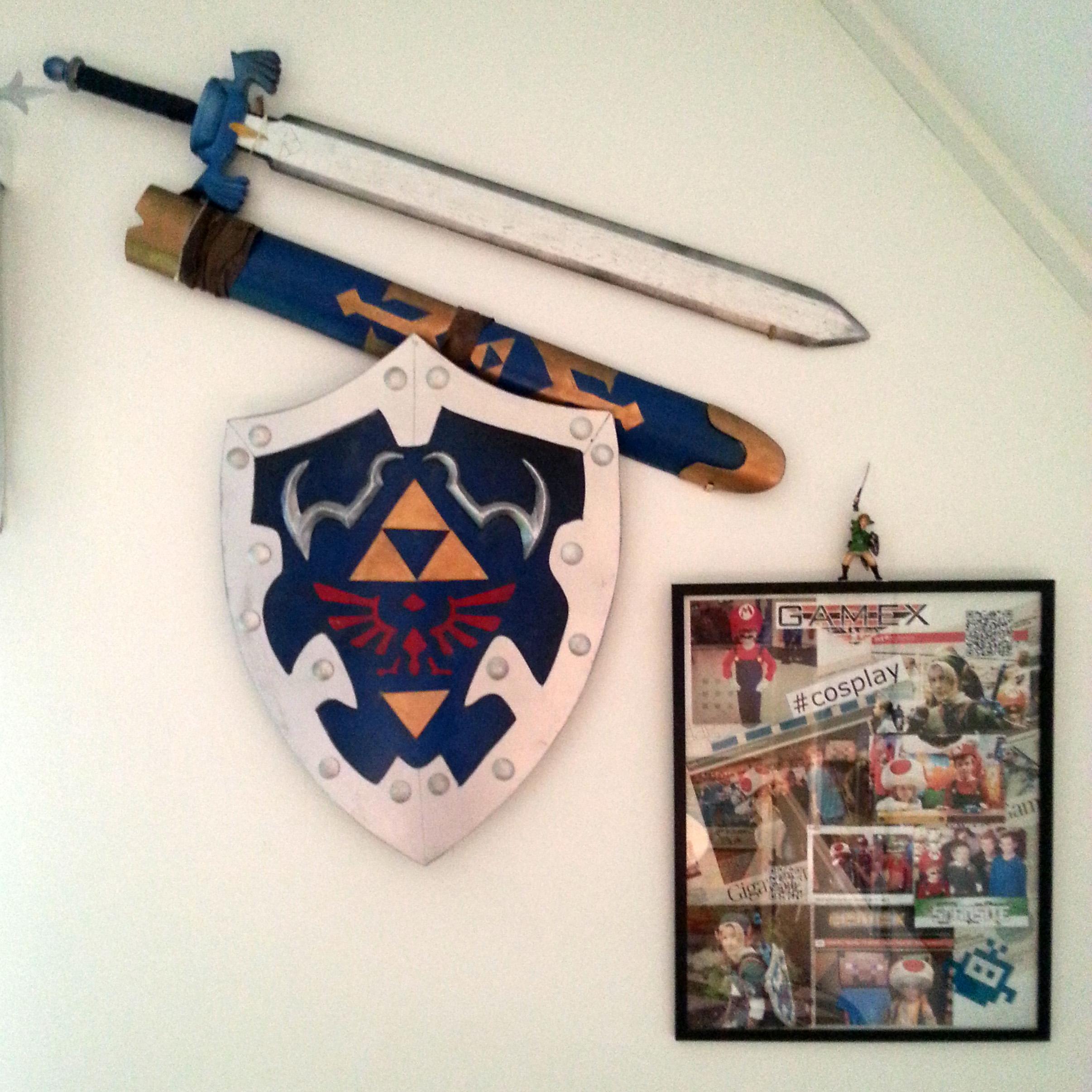 Links svärd och sköld bredvid ett kollage med våra tre år på Gamex med olika Cosplay-dräkter varje år.