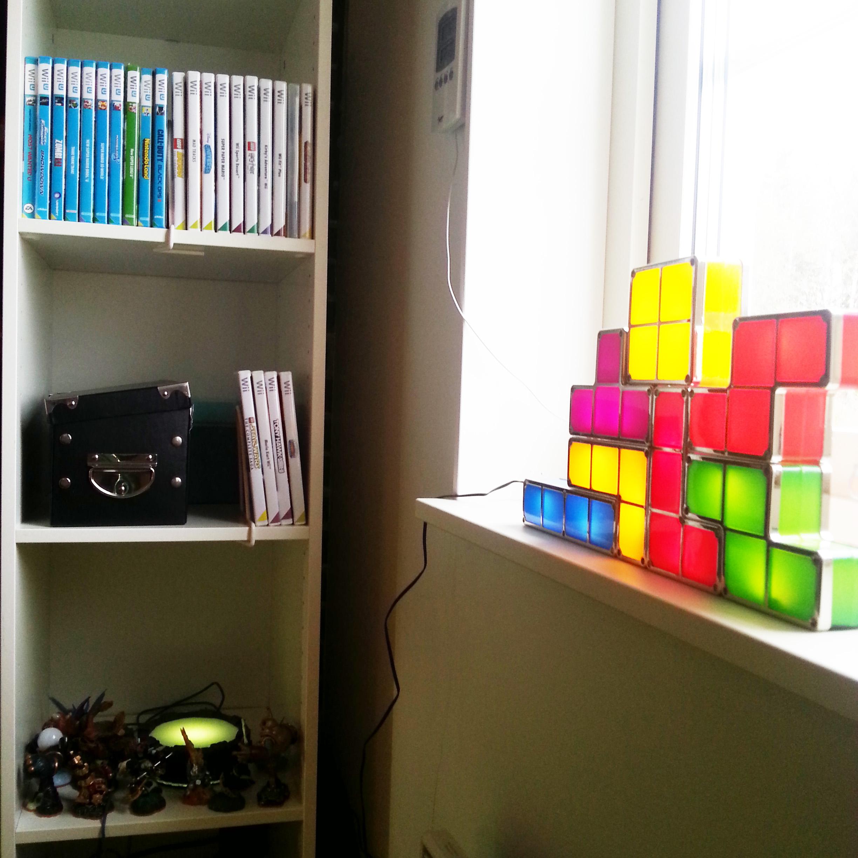 Min julklapp Tetrislampan passar bra här. Och Skylanders-portalen + figurerna har en egen hylla.