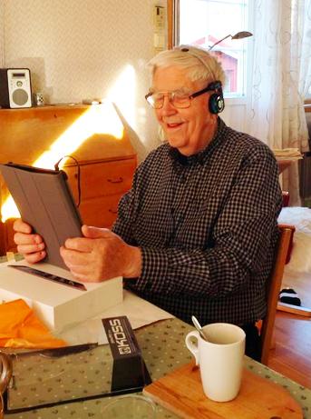 """Morfar har just öppnat sin 90-års present: En Ipad, eller som det kallas på norska """"Nettbrett"""". Foto: Inger Landsem (min moster)"""