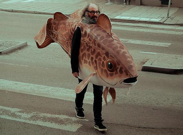 Fredrik Marcus går runt i Vasastan som en vanlig man. Som dagens outfit har han valt... torskdräkt