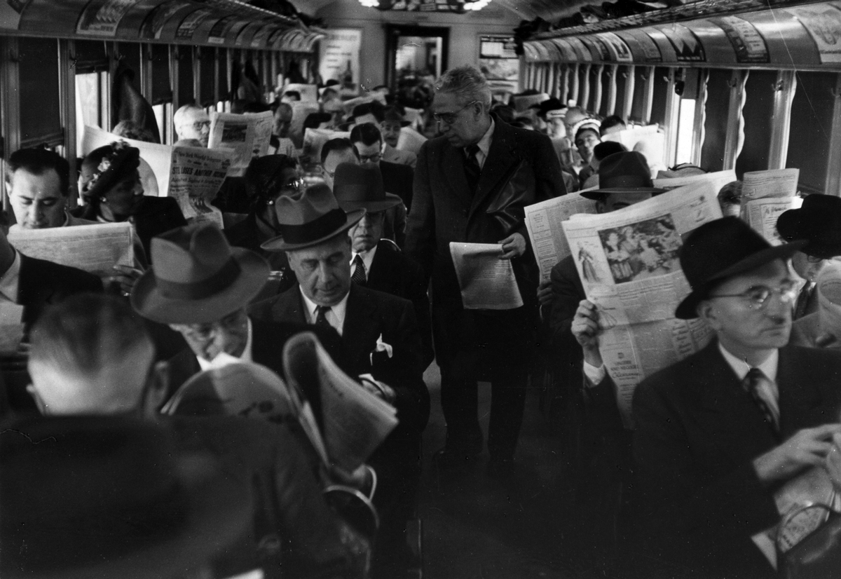 circa 1955:  A packed carriage on a commuter train in Philadelphia.  (Photo by Three Lions/Getty Images)
